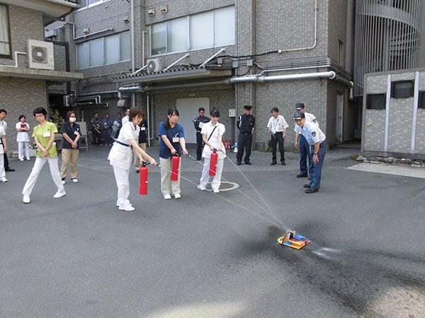 緊急時に対応できるよう、消防避難訓練を行いました。