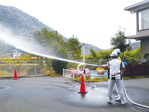 避難経路や器具の使い方を確認!火災発生時に備え、訓練を実施。